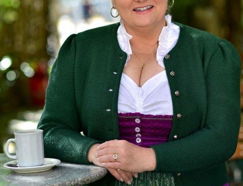 Angelika Sedlmeier als Barfrau Shirley im Gärtnerplatztheater